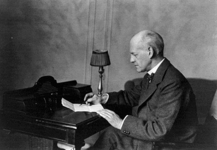 El escritor británico John Galsworthy fundó PEN International in Londres, 1921.